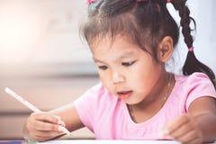 Gullig asiatisk barnflicka som har gyckel som drar och som ska målas Royaltyfria Foton