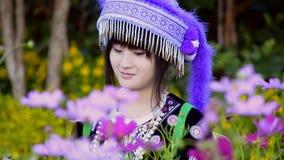 Gullig asiatisk flicka i kullestamdräkt arkivfilmer