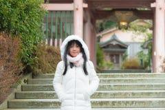 Gullig asiatisk flicka i stad royaltyfri bild