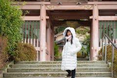 Gullig asiatisk flicka i stad royaltyfri fotografi