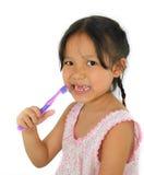 Gullig asiatisk flicka och tandborste Royaltyfria Bilder