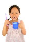 Gullig asiatisk flicka och tandborste Arkivfoto