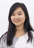 Gullig asiatisk flicka på isolerad bakgrund arkivbild