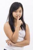Gullig asiatisk flicka på isolerat tänka för bakgrund Arkivbilder