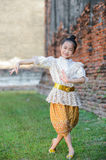 Gullig asiatisk flicka på thailändsk dans Royaltyfri Foto