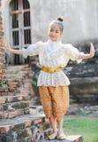 Gullig asiatisk flicka på thailändsk dans Arkivfoton