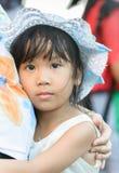 Gullig asiatisk flicka som kramar modern Arkivbilder