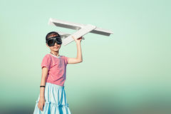 Gullig asiatisk flicka som spelar leksaknivån som pilot- fantasi till fuen Royaltyfria Bilder