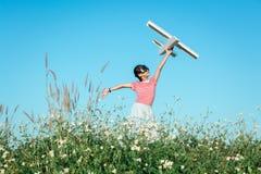 Gullig asiatisk flicka som spelar leksaknivån som pilot- fantasi till fuen Royaltyfri Fotografi