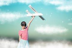 Gullig asiatisk flicka som spelar leksaknivån som pilot- fantasi till fuen Royaltyfri Bild