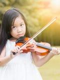 Gullig asiatisk flickalekfiol Royaltyfri Foto
