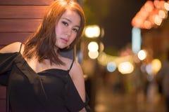Gullig asiatisk kvinna i svarta klänningar arkivfoton