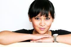 Gullig asiatisk kvinna som ler för kamera Arkivfoton
