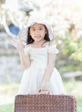 Gullig asiatisk påse för flickahållgnäggande arkivbild