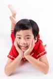 Gullig asiatisk pojke i traditionskines Cheongsam som isoleras på vit Royaltyfria Foton