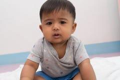 Gullig asiatisk pojkerubbning fotografering för bildbyråer