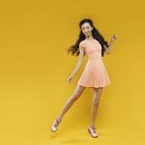 Gullig asiatisk ung flicka som vinkar till någon Stående Royaltyfri Bild