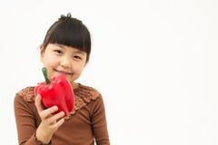 Gullig asiatisk unge med en paprica Royaltyfria Foton
