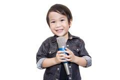 Gullig asiatisk unge som sjunger på isolerad vit bakgrund Royaltyfria Foton