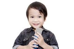 Gullig asiatisk unge som sjunger på isolerad vit bakgrund Royaltyfria Bilder