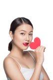 Gullig attraktiv ung kvinna med röd hjärta Konst för dag för valentin` s Arkivfoton