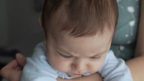 Gullig babyansikte med bruna ?gon Blicken av behandla som ett barn i kameran?rbildskottet stock video