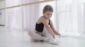 Gullig balettdans?r som binder balettskor, innan utbildning stock video