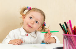 Gullig barnflickateckning med färgrika blyertspennor och tuschpenna i förträning i dagis Royaltyfri Bild