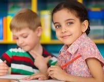 Gullig barnstudie på daycare arkivbilder