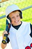 Gullig basebollspelare i dugout Arkivfoto