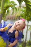 Gullig behandla som ett barn-flicka i ballerinakjolkjol Arkivfoton