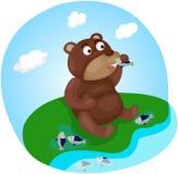 Gullig björn som äter fisken Arkivfoto