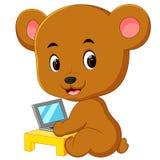 Gullig björn som använder bärbar datordatoren vektor illustrationer
