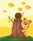 Gullig björn som döljer bak stubbe Arkivfoton