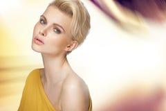 Gullig blond dam med den klara hyn Royaltyfria Foton