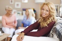 Gullig blond flicka med hennes familj Royaltyfri Fotografi