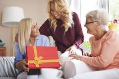 Gullig blond flicka med hennes familj Arkivfoto