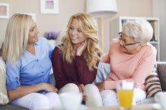 Gullig blond flicka med hennes familj Arkivfoton