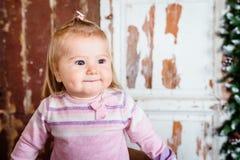 Gullig blond liten flicka med stora grå färgögon och dunskinder Arkivbilder