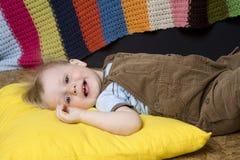 gullig blond pojke little liggande le Arkivfoton
