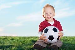 gullig bollkalle hans little fotboll Royaltyfri Foto