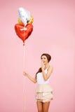 Gullig brunett med ballonger Arkivfoto