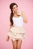 Gullig brunett på rosa färg Royaltyfri Fotografi