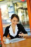 Gullig brunett som pratar via mobiltelefon Fotografering för Bildbyråer