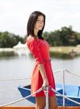 Gullig brunettflicka på en lakepontoon Royaltyfri Fotografi