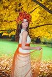 Gullig brunettkvinna i Autumn Forest arkivbild
