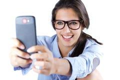 Gullig brunettkvinna som tar fotoet av henne Arkivfoto