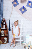 Gullig caucasian flicka i en vit sommarklänning Arkivfoton