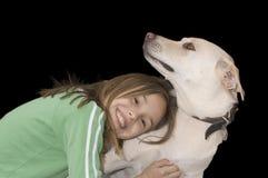 Gullig caucasian flicka med henne hund royaltyfri fotografi