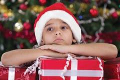 Gullig Caucasian pojke som drömmer om gåvor på jultid Royaltyfri Bild